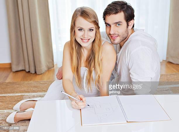 Giovane coppia disegno modello di casa