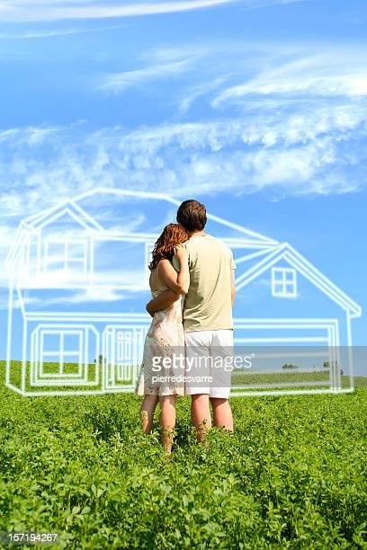 Jeune couple rêver d'une maison