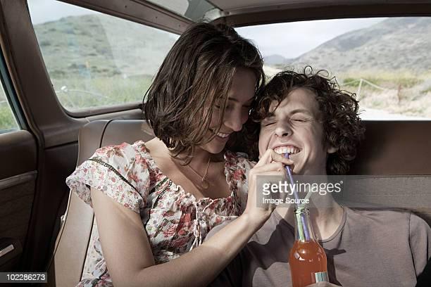 若いカップルで飲むソーダ車