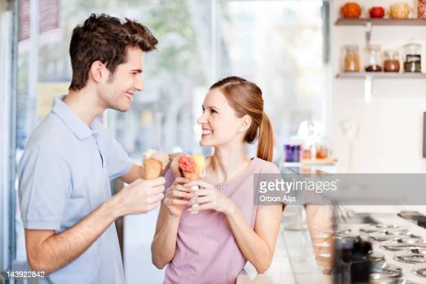 Junges Paar Essen ein Eis