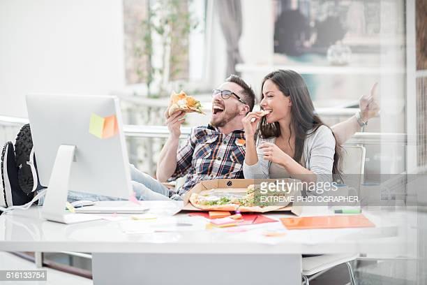 Junges Paar Essen pizza