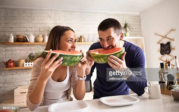 若いカップルスイカを食べる
