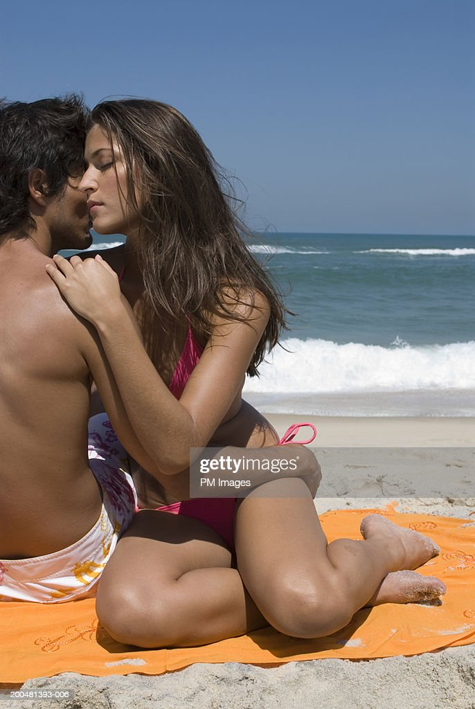 Young couple embracing at beach : Foto de stock