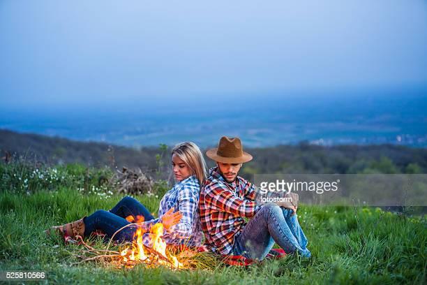 若いカップルでお楽しみいただける、キャンプファイヤーで自然