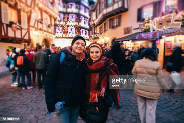 casal jovem desfrutando de natal em colmar, frança - colmar - fotografias e filmes do acervo
