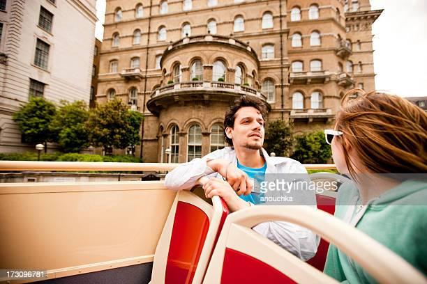Jeune Couple profitant de Bus à impériale de Londres