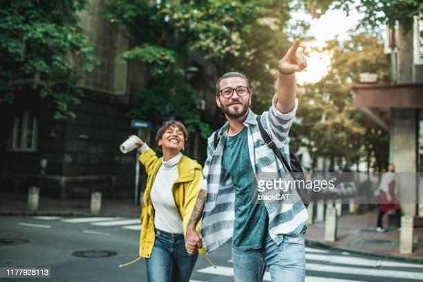 jeunes couples appréciant dans une journée libre à l'extérieur - escapade urbaine photos et images de collection