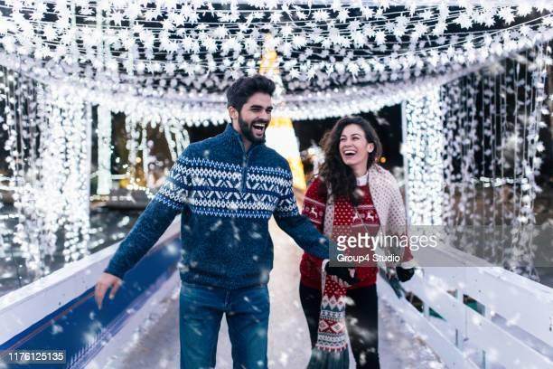 新年を楽しむ若いカップル - スケート ストックフォトと画像
