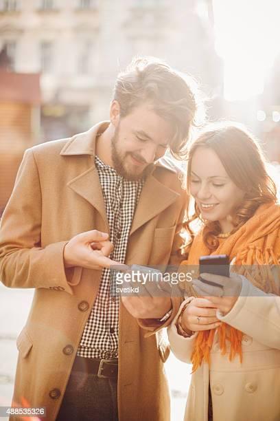 Junges Paar Genießen Sie im Freien im Herbst.