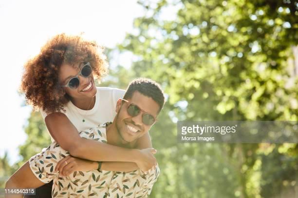 pares novos que apreciam o passeio do sobreposto no dia ensolarado - ensolarado - fotografias e filmes do acervo