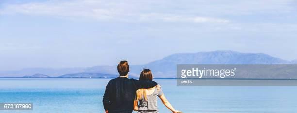 casal jovem desfrutando o verão - vida simples - fotografias e filmes do acervo