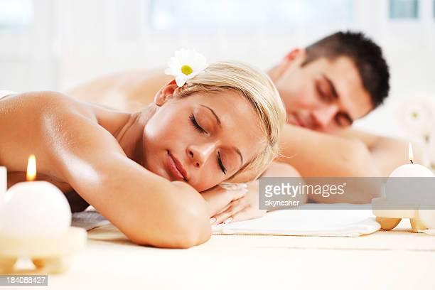 Pareja joven disfrutando en el centro de spa propios