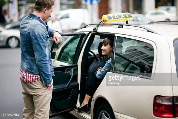 Junges Paar in die taxi cab