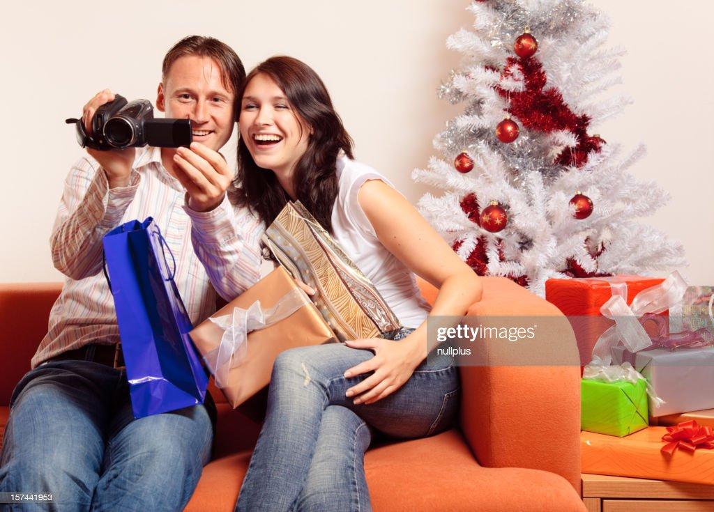 Junges Paar Austausch Von Weihnachtsgeschenke Serie Stock-Foto ...