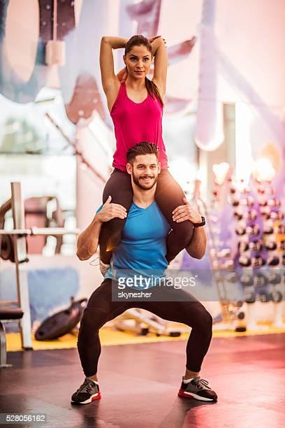 Junges Paar Training zusammen in einem Fitness-Center.