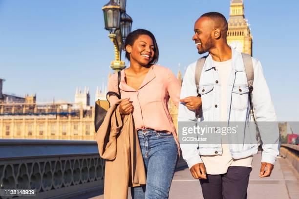 pares novos que exploram londres - i love you frase em inglês - fotografias e filmes do acervo