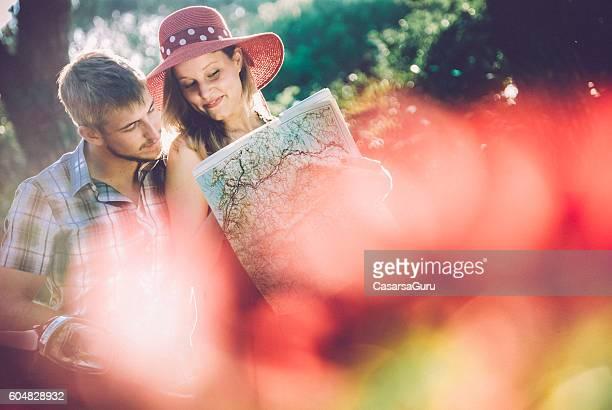 Jeune Couple à la découverte de la ville