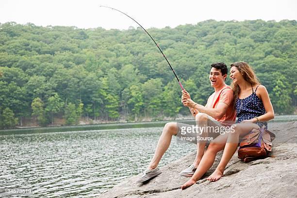 若いカップル湖でのフィッシング - 淡水釣り ストックフォトと画像