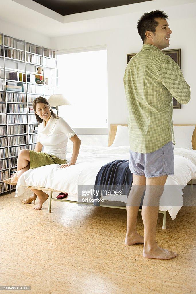 Junges Paar Anziehen Für Die Arbeit Im Schlafzimmer : Stock Foto