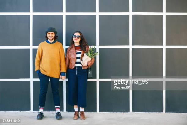 young couple hand in hand - um do lado do outro - fotografias e filmes do acervo