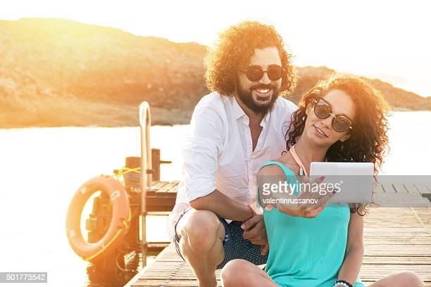 若いカップルは、楽しさとピアでの自分撮り