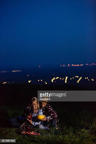 若いカップルが、キャンプ自然の夜