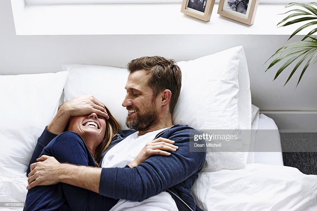 若いカップルがよい時間-屋内 : ストックフォト