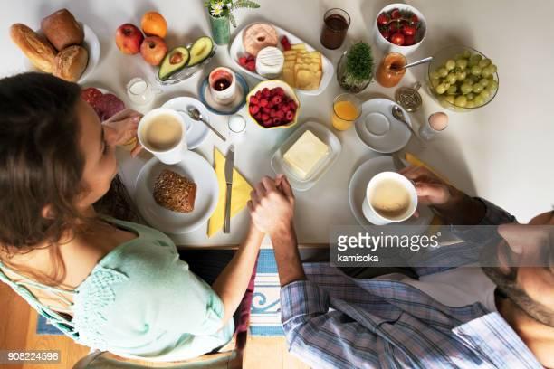 Jeune couple prenant son petit déjeuner – vue aérienne