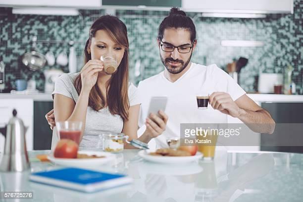 若いカップルの朝食
