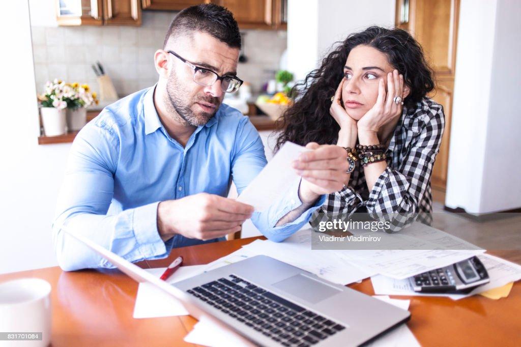 Junges Paar Finacial Probleme : Stock-Foto