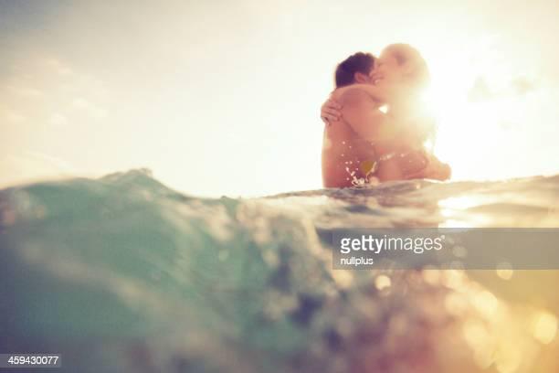 Pareja joven divirtiéndose en el mar