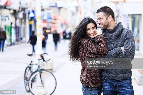 Junges Paar, die Spaß in der street