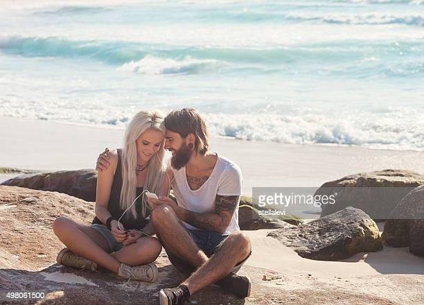 Jeune couple s'amuser sur la plage