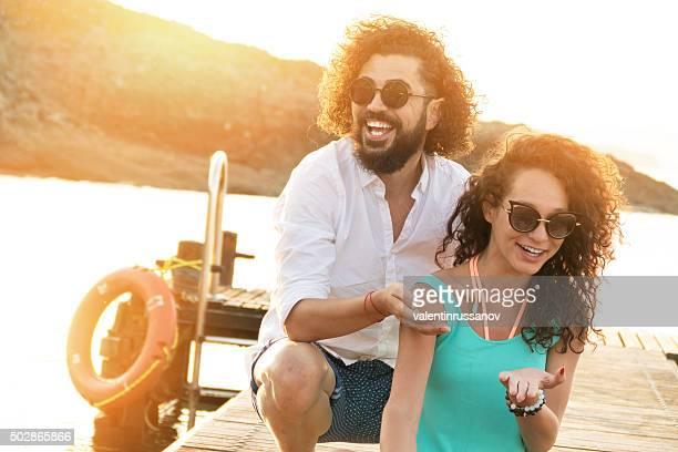 若いカップルは、埠頭にお楽しみください。