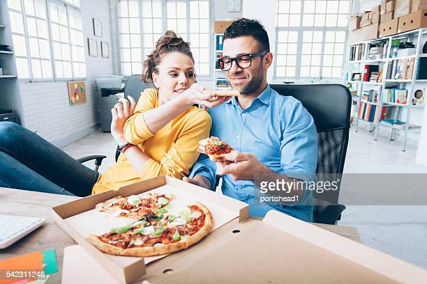 Junges Paar, Mittagspause am Arbeitsplatz