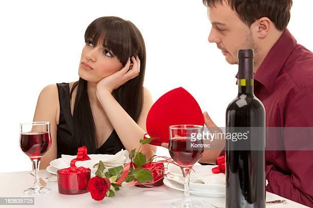 Casal Jovem tendo Jantar romântico no restaurante