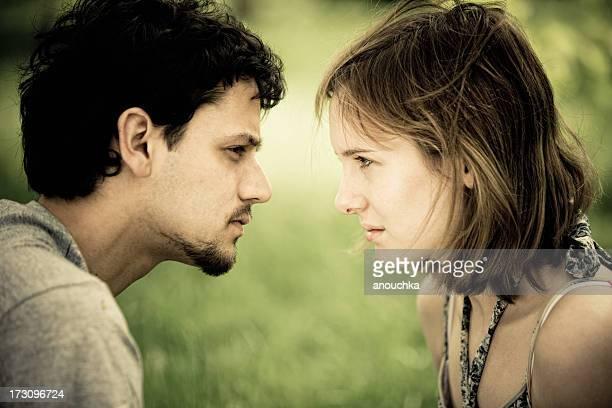 Jeune couple ayant une conversation sérieuse