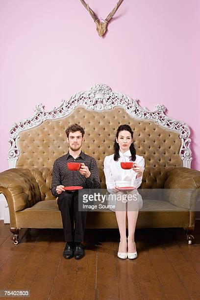 giovane coppia avendo tè - fianco a fianco foto e immagini stock