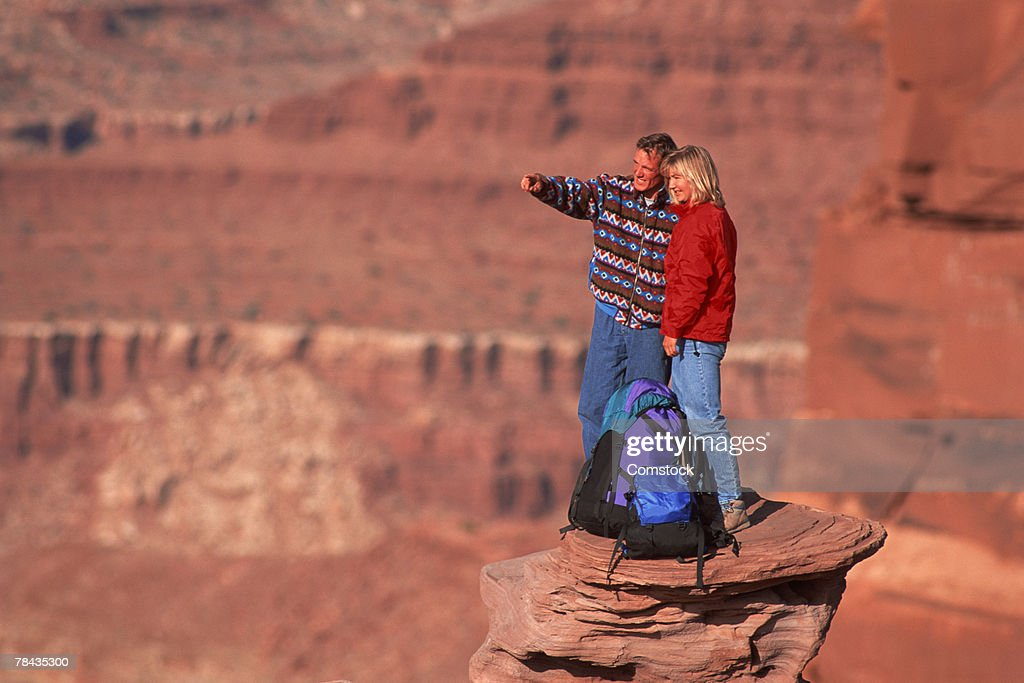 Young couple hiking at Dead-horse Point State Park , Moab , Utah : Stockfoto
