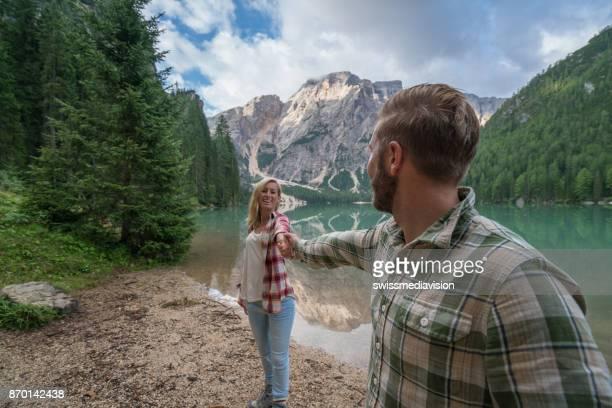 Junges Paar Wandern in den Dolomiten, Italien