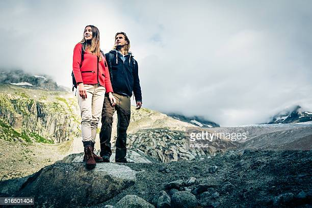 Junges Paar, Wandern in den Schweizer Alpen