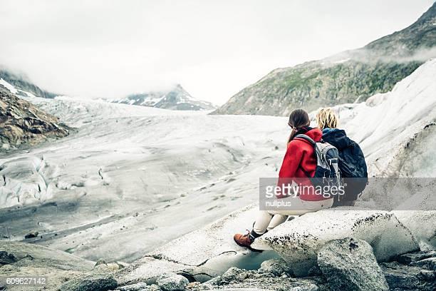 Junges Paar, Wandern in den Schweizer Alpen, eine Pause