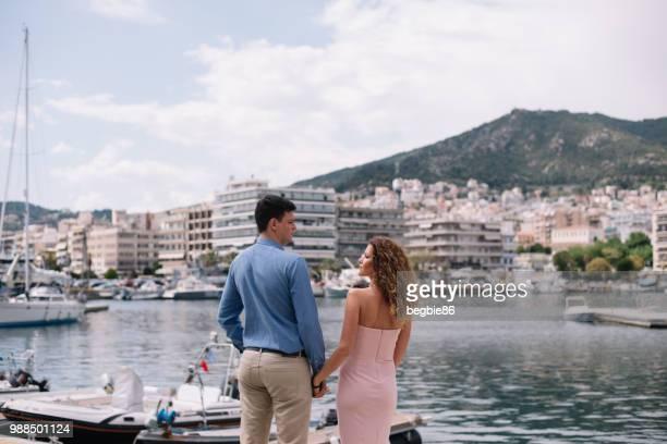 jovem casal de mãos dadas por marina - casal heterossexual - fotografias e filmes do acervo