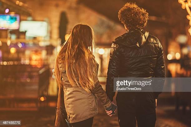 若いカップルは手を通り
