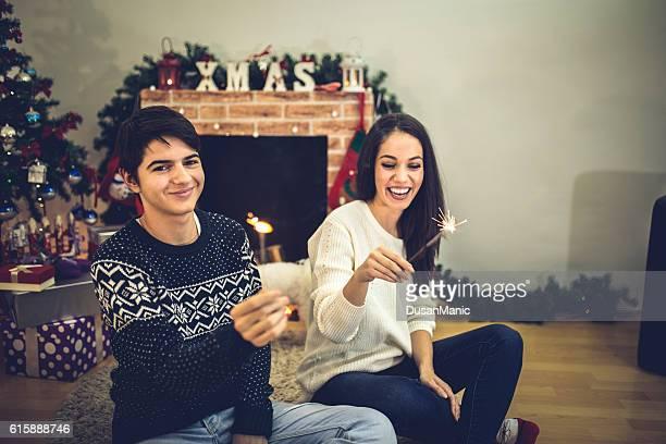 Pareja joven holding sparklers