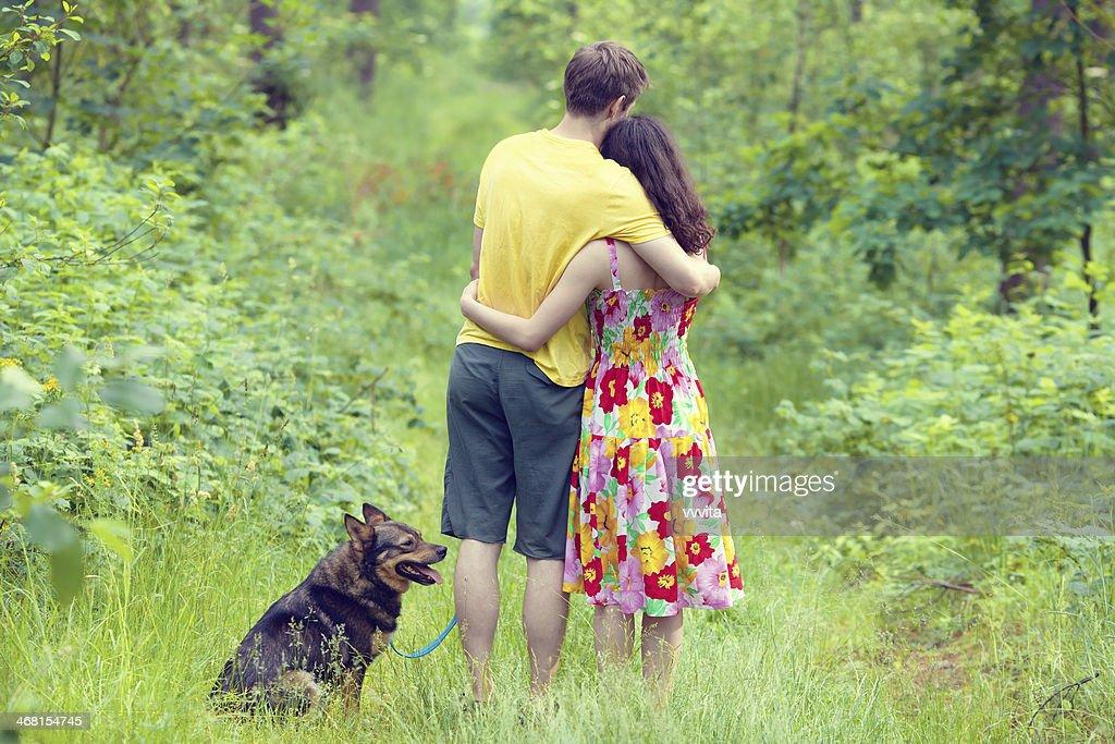 молодая пара в лесу