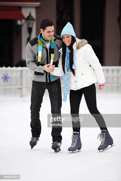 Jovem Casal de Patinagem no Gelo