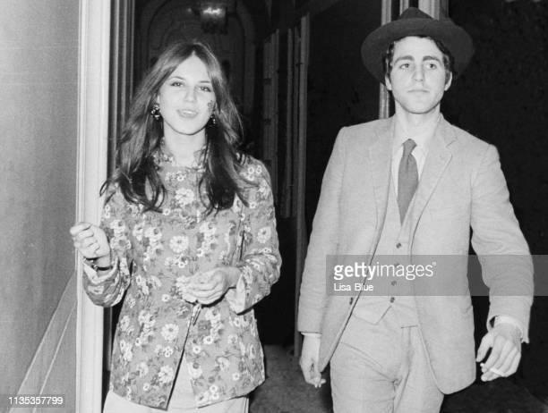 young couple in 1968 - donna mezzo busto bianco e nero foto e immagini stock