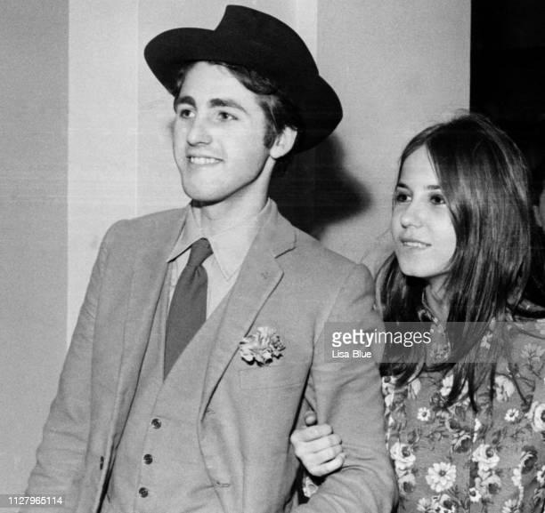 1970 年に若いカップル。黒と白。 - 1970年 ストックフォトと画像