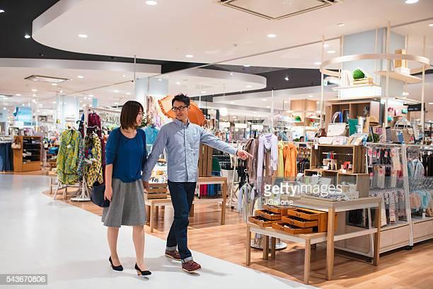 デパートの若いカップル - 百貨店 ストックフォトと画像